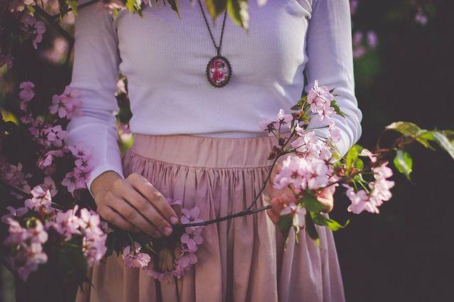 Comment harmoniser le cycle féminin avec les plantes médicinales. Cet article a été rédigé par Céline Ketterer, herbaliste dans la région de Foix en Ariège.