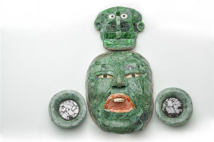 Máscara funeraria de jade del Clásico Tardío (600-900), procedente de la Estructura III de Calakmul. Muestre los tres niveles del cosmos: el pájaro primordial en el tocado, el rostro del dignatario enterrado y el dios jaguar del inframundo