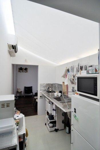 2階のキッチン。FRP波板の屋根から落ちる光をやわらげているのはフッ素樹脂を含浸させたガラスクロス。