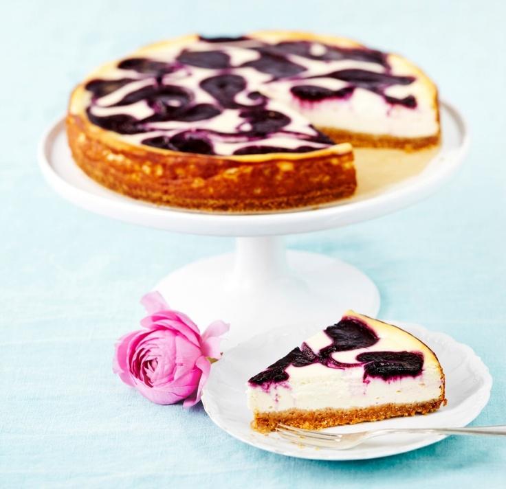 Mustikkamarmoroitu juustokakku on raikkaan mehevä kahvipöydän tarjottava. Kakun kruunaa kaunis marmorikuvio.