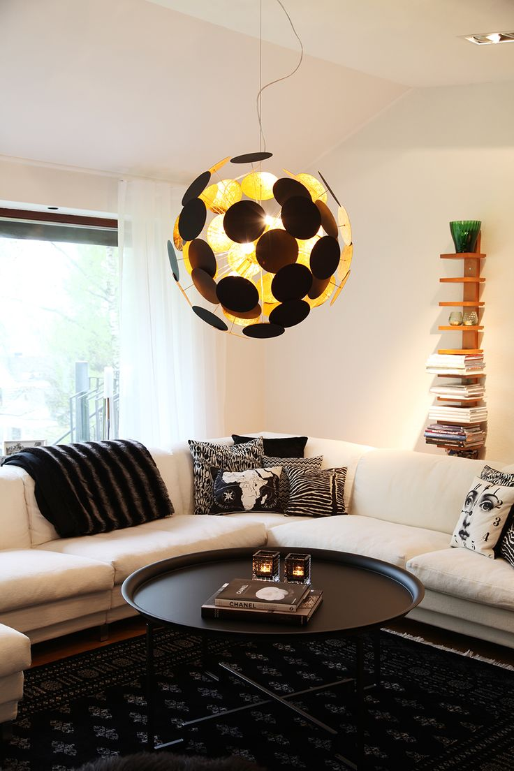Hanginglamp Planet in black and gold.