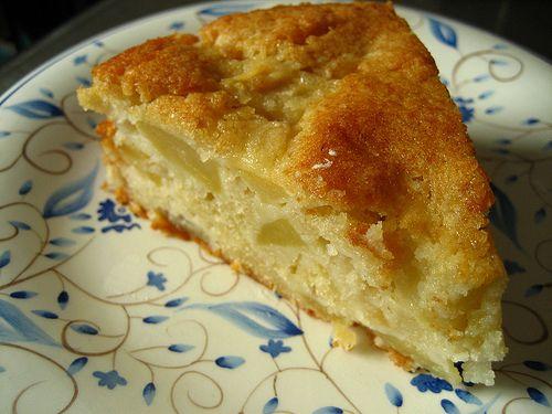 Voici un gâteau aux pommes très savoureux, un mix entre le gâteau breton classique et le far breton qui lui confère une texture très fondante et gourmande !