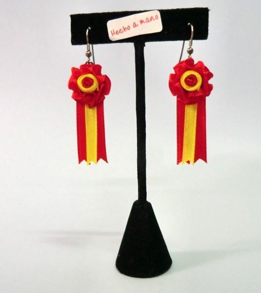 Par de pendientesde divisa de ganadería hechos a mano con cinta de raso y con cierre de gancho antialérgico, diseño exclusivo de ZiNGS. Se elaboran en los colores que desees, puedes pedirlos a traves de un correo ainfo@zings.es.Se entregan en un elegantesaquito de telacon cierre de cordón.