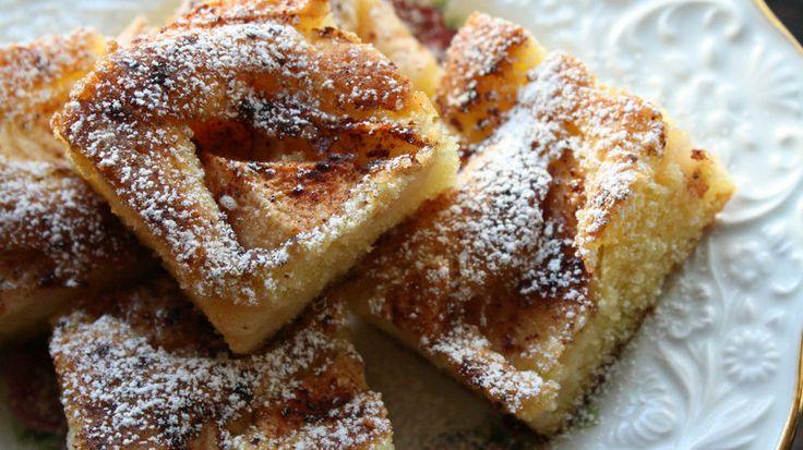 By på eplekake i langpanne - perfekt til kaffe og kos - Bruk høstens epler til å lage enkel og saftig eplekake som smaker like godt til kaffekosen som dessert.  Inviter naboen, familien eller venner på eplekjekk-kos! Denne lettvinte og knallgode eplekaken vil falle i smak hos både store og små. Høsten erhøysesong for norske eplerog ingenting varmer så godt som en velduftende eplekake med kane…