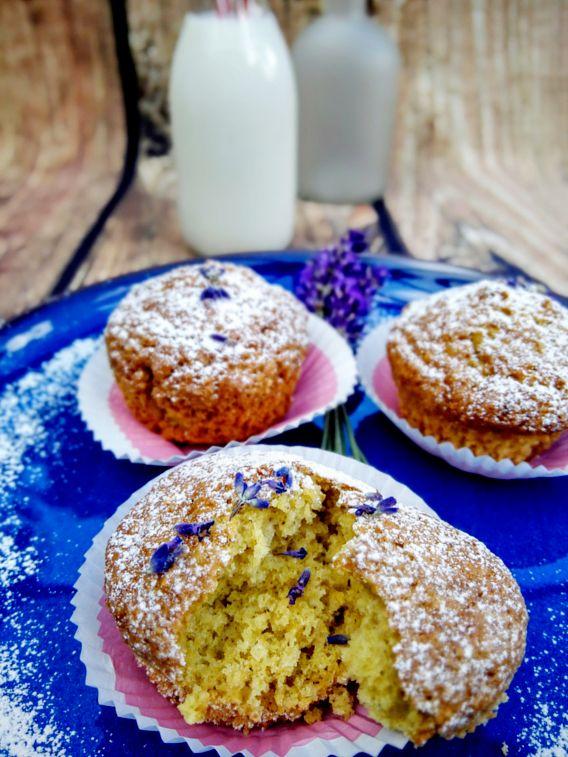 Der Duft und der Geschmack der Lavendel-Orangenmuffins lassen uns von den blau-violett farbigen Lavendelfeldern in der Provence träumen. und zaubern so ein klein wenig Frankreich auf unsere Kuchenteller.