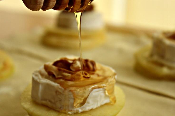 Folhados de queijo chèvre com maçã, nozes e mel