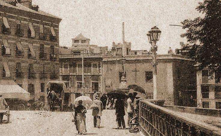 Puente viejo y gente