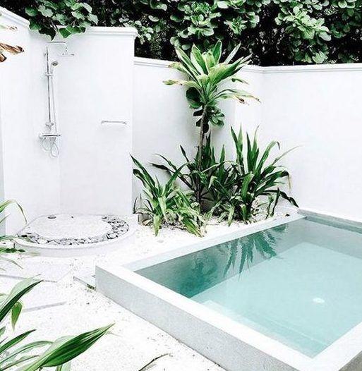 Belebende Gartengestaltung in weiß mit kleinem Tauchbecken und außendusche