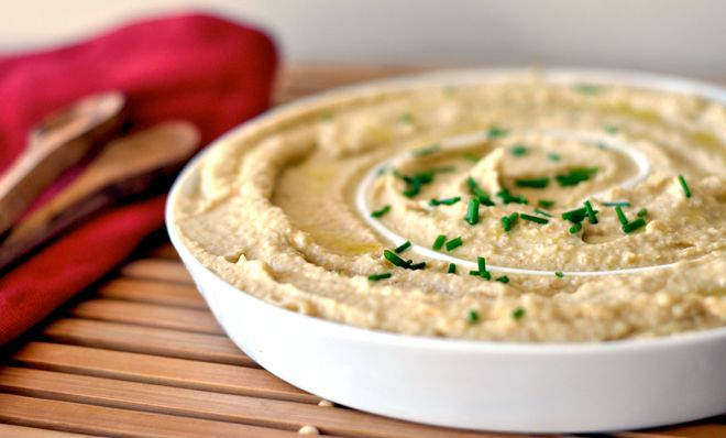 Hummus dip bij wortel en paprika