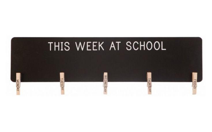 Krijtbord schoolweek.  Krijtbord om op te schrijven. Met knijpertjes om notities op te hangen. Handig voor schoolgaande kinderen. Afmeting: 10 x 40 cm. Materiaal: Hout Merk: Sass & Belle