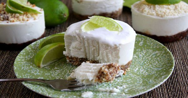 Prepara una versión de cheesecake más saludable que podrás comer sin culpa. La receta de este espumoso pastel es apta para celíacos, intolerantes a la lactosa y veganos. Además, no requiere cocción.     Ingredientes Para la masa  - 1 taza de almendras crudas - 4 dátiles Medjool grandes - 2 cucharadas de aceite de coco - 1/8 de cucharadita de extracto de vainilla - 1/8 de cucharadita de sal rosada del Himalaya  Opcional: puedes hacer una masa de chocolate añadiendo 2 cucharadas de cacao en…