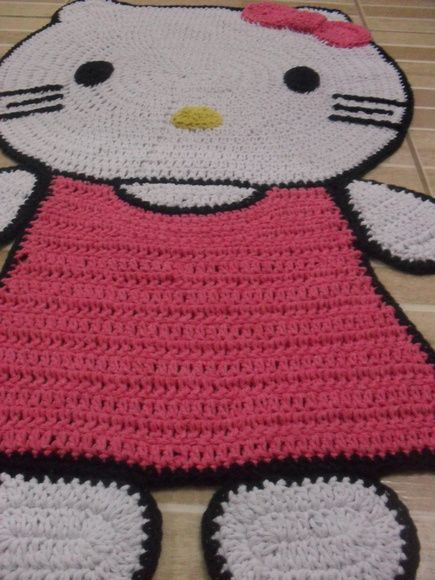 tapete Hello Kitty confeccionado com fios de barbante nº8 R$ 100,00