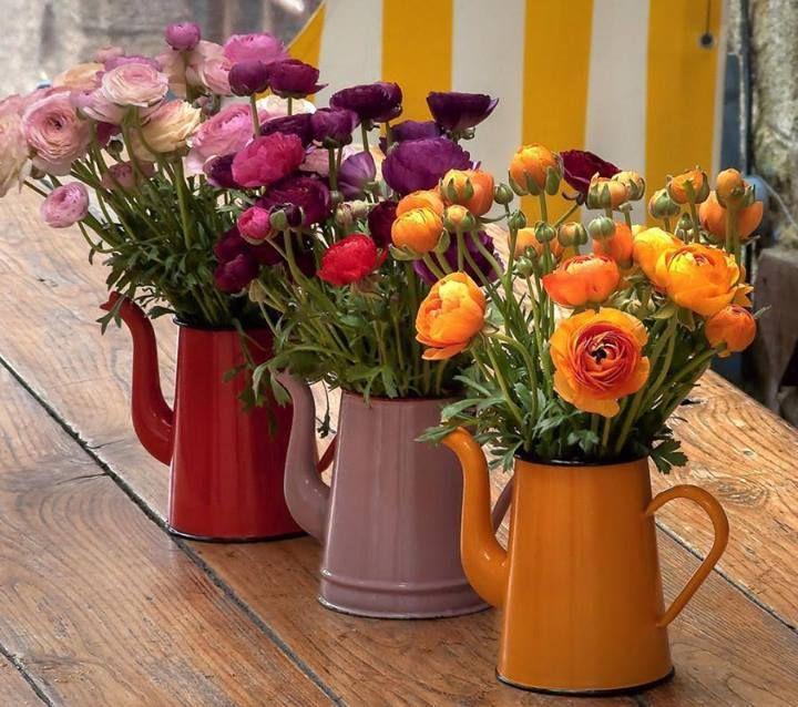 As chaleiras e regadores são ótimos recipientes para as flores, e ainda dão um ar super descolado no evento!! #Festeggiare #DecoracaoCoringa