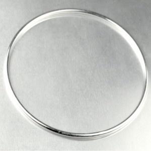 Un classique parmi les classiques! Bijou indien par excellence, le bangle en argent est un bracelet argent incontournable si vous aimez porter plusieurs bracelets à la fois. Sobre et élégant, il fait véritablement partie de nos valeurs sûres. Idée cadeau!    Silvershop vous propose l'emballage cadeau.