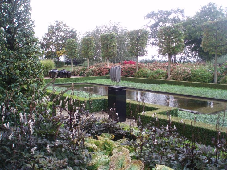 Kunst in strakke tuin op een granieten Solits Sokkel, www.sokkel.nl