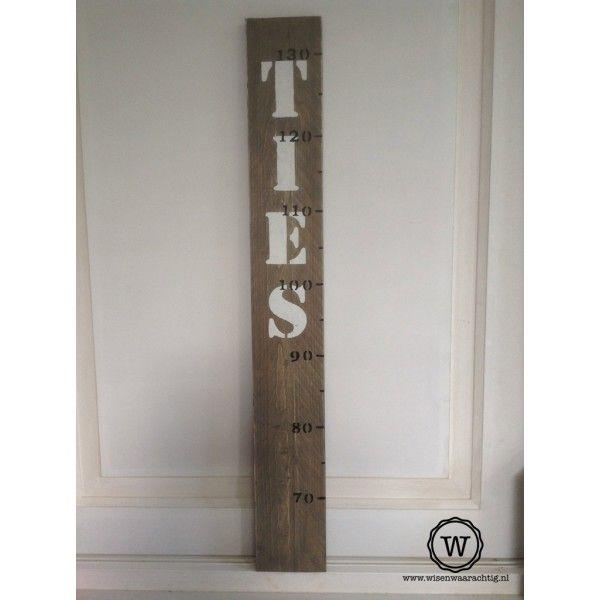 Stoere houten groeimeter met naam, persoonlijke #decoratie voor de #babykamer