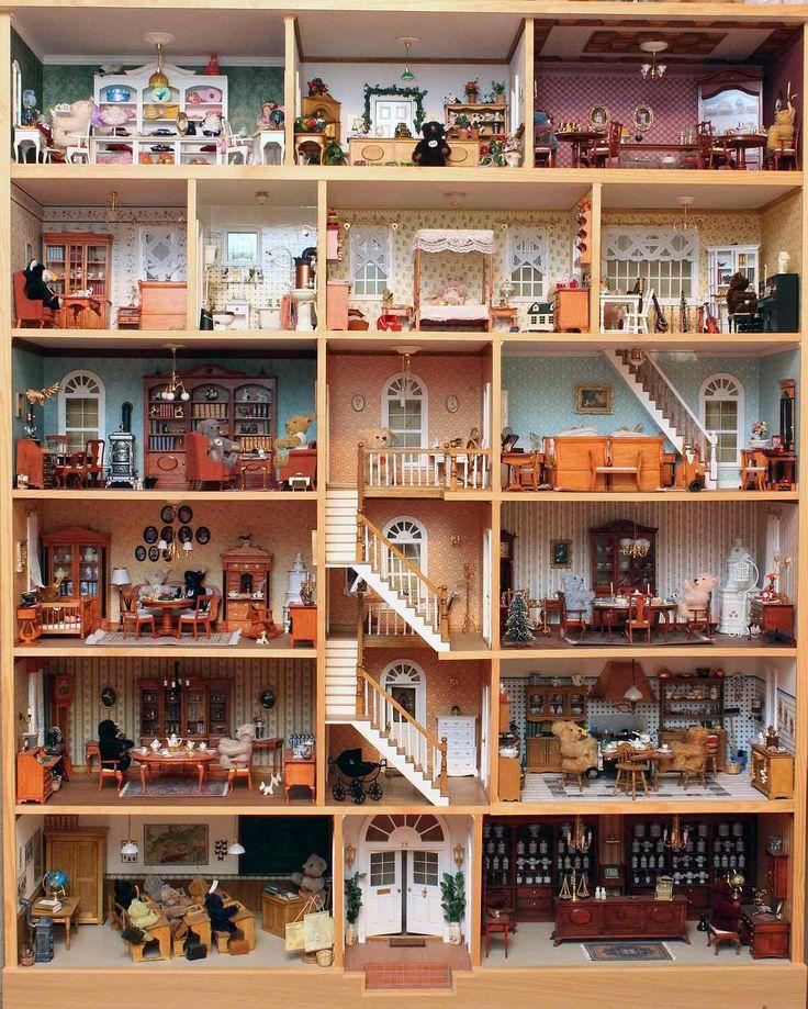 Sehr geehrte Damen und Herren,  anbei sende wir Ihnen ein Bild von unserem Teddyhaus. Es hat die Größe von 1,30 x 1,60 m und wird von 30 kleinen Steiff-Bären bewohnt.  Liebe Grüße, Regina und Frank R.