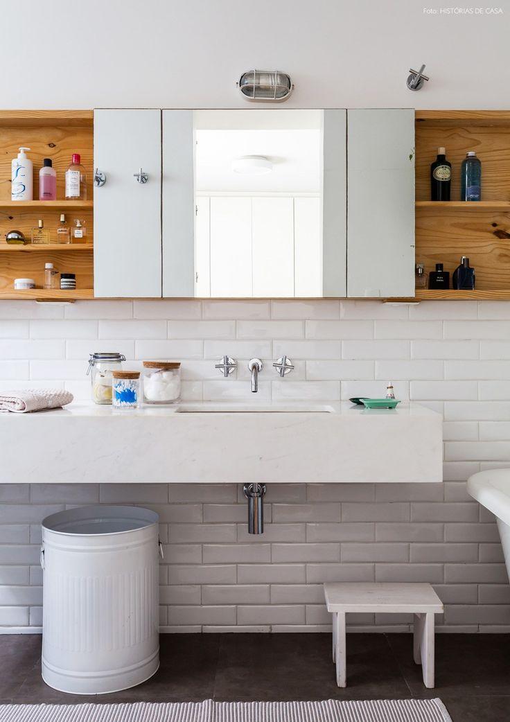 Banheiro com subway tiles na cor branca e marcenaria feita com madeira pinus.