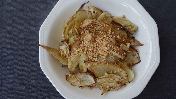 Gerösteter Fenchel aus dem Backofen: Mit Balsamico Essig angemacht und Cashews garniert. ➤ saftig ➤ nahrhaft ➤ würzig. Die perfekte Paleo Beilage!