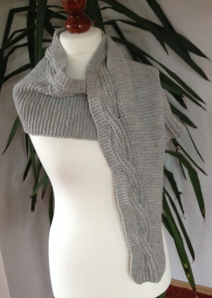 Dieser Schal bezaubert durch seine ungewöhnliche Formgebung und durch den dicken, beidseits gleichen Zopf im Patentmuster. Eine Maschenprobe ist nicht erforderlich – die Größe kann man mit etwas St…