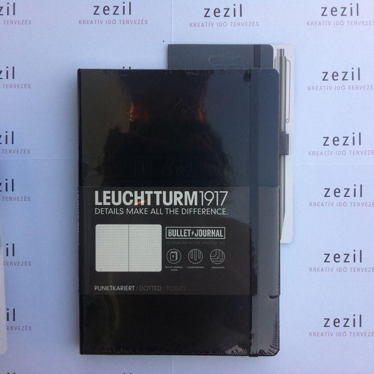Fekete színű Leuchtturm1917 Bullet Journal antracit szürke színű tolltartó gumival.    Leuchtturm1917 | pen loop | zezil