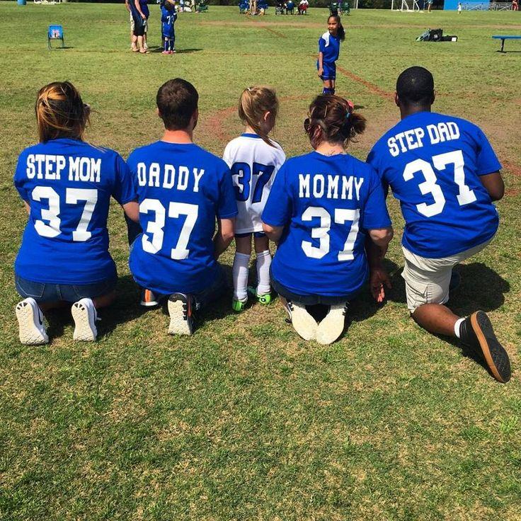 Juntos, pai, mãe, padrasto e madrasta, apoiaram Maelyn no futebol