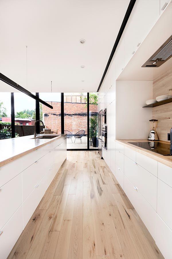 Kombination von weissen Fronten mit Holzboden und -abdeckung als Alternative zu Betonarbeitsplatte