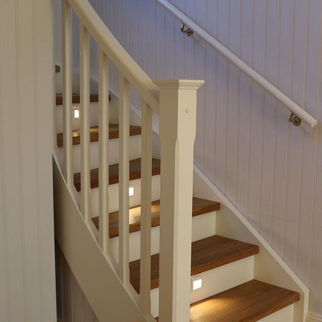 Ektrappa med infälld ledbelysning. #trappa #inredning #interiör #interior #vitt #white #stairs #bygg #birkahus #sigtuna #design #sweden #arkitekt #architecture #oakstairs #snickeri #snickare #pärlspont #exklusiv #exclusive #ledbelysning #belysning