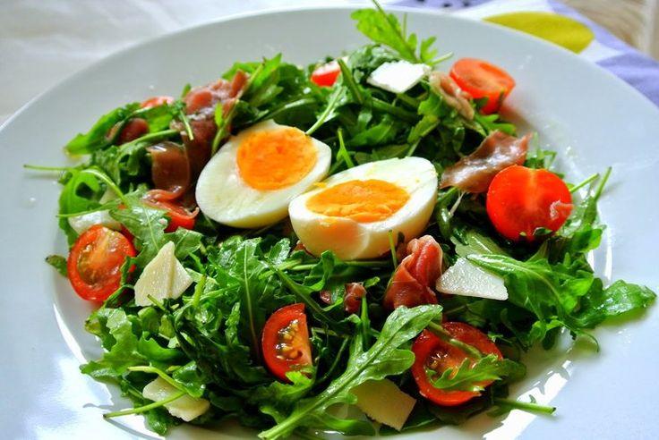 Błyskawiczna sałatka z rukolą, jajkiem, szynką parmeńską i parmezanem