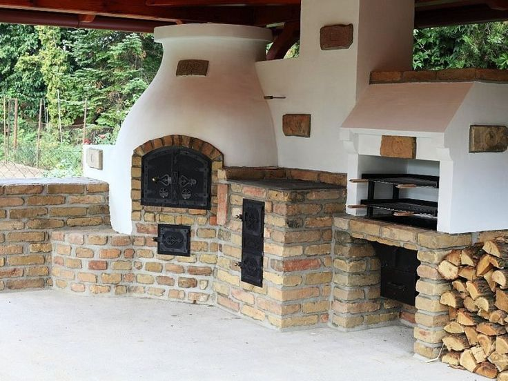 Compact outdoor kitchen with BBQ, pizza oven and traditional stove. Gyönyörű…