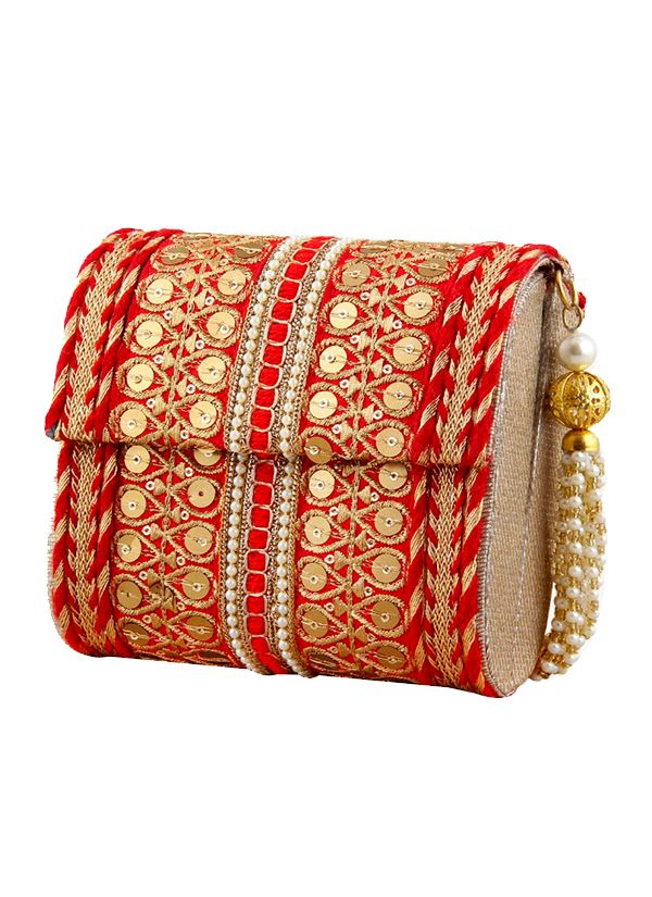 Queens in disguise, here's your catch. The Purple Sack brings to you a traditional red clutch bag that's elegant and a perfect choice for a traditional do. An embroidered novelty on raw silk, the pearl handle it comes with makes it a must have in your wardrobe.