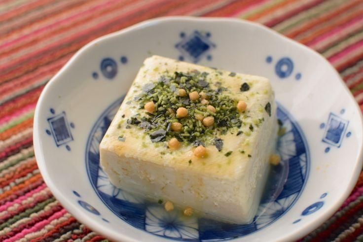《豆腐にお茶漬けの素をかけるだけの料理》 ●豆腐 1個 お茶漬けの素 1袋 ごま油 適量  ※かけるだけ。豆腐はよく水を切って使う - くっくす!