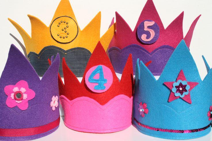 Feestelijke meisjes verjaardagskronen