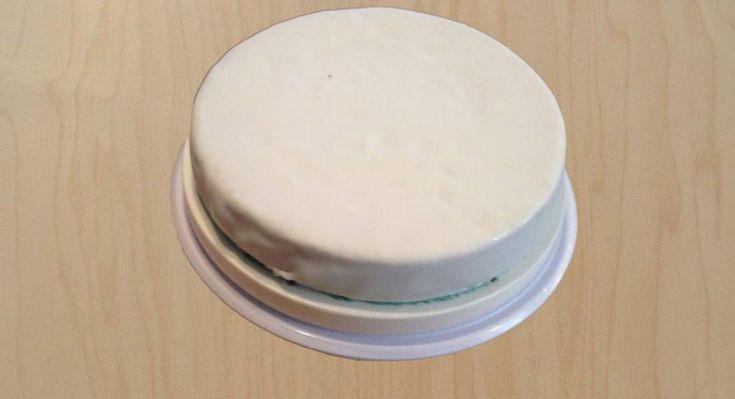 Πανεύκολο γλασο για τη βασιλόπιτα σας με δυο υλικα! Υλικα 500 γραμμάρια άχνη 1 φλιτζανάκι νερό. Αναμείξτε τα με ένα κουτάλι στο μπολ, και απλώστε το πάνω στην βασιλόπιτά σας. Αν θέλετε, μπορείτε να προσθέσετε 1 φακελάκι βανίλια, ή λίγο