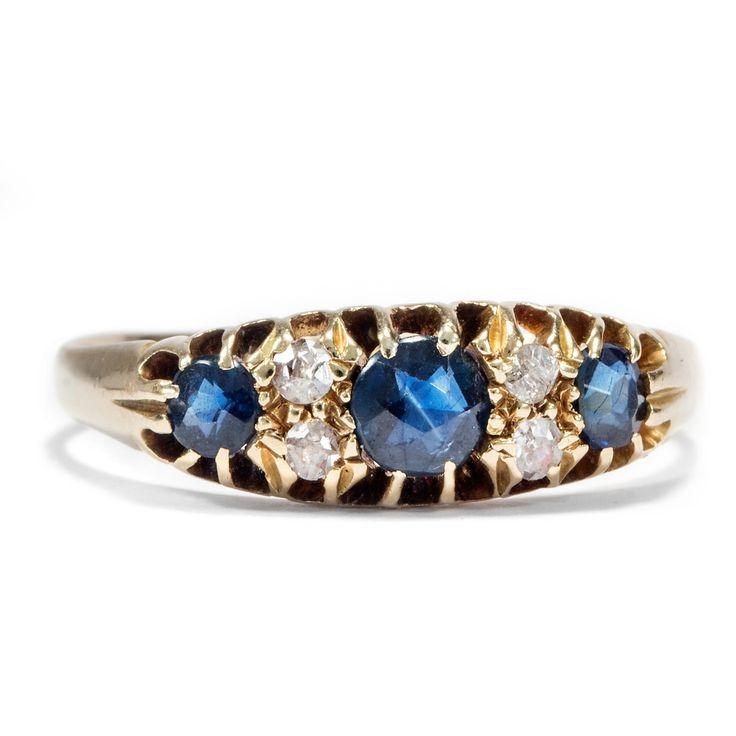 Es ist, was es ist, sagt die Liebe - Trilogie-Ring aus Gold mit Saphiren und Diamanten, London um 1900 #hoferantikschmuck #antiquejewellery #antiquejewelry