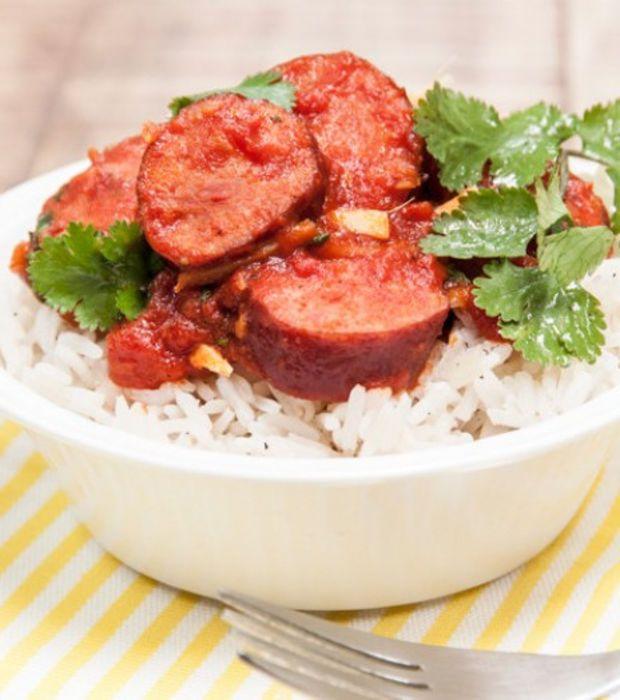 Rougail saucisse (La Réunion) : saucisses -huile - oignons - ail - gingembre - tomates coupées en dés - branche de thym - curcuma ou safran - piment selon votre goût