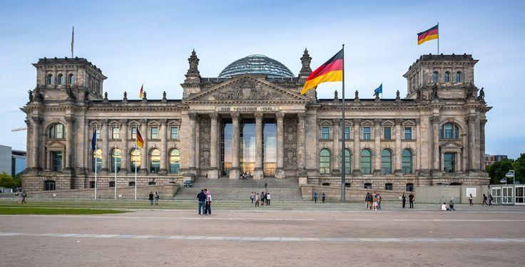 Berlin (Berlin): Berlin ist die Hauptstadt und zugleich ein Land der Bundesrepublik Deutschland. Der Stadtstaat Berlin ist mit etwa 3,4 Millionen Einwohnern die bevölkerungsreichste und mit 892 Quadratkilometern die flächengrößte Kommune Deutschlands sowie nach Einwohnern die zweitgrößte der Europäischen Union. Zudem ist Berlin mit rund 3800 Einwohnern je Quadratkilometer die am drittdichtesten bevölkerte Gemeinde Deutschlands. Berlin ist eine Enklave im Land Brandenburg und bildet das…