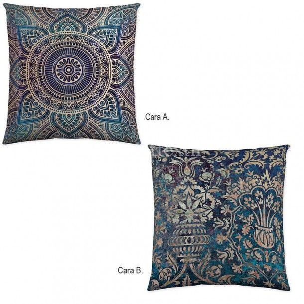 Cojín decorativo SHADE de la firma Naturals. Presenta un estilo arabesco donde predominan cenefas de estilo damasco en tonos llamativos como el azul eléctrico.