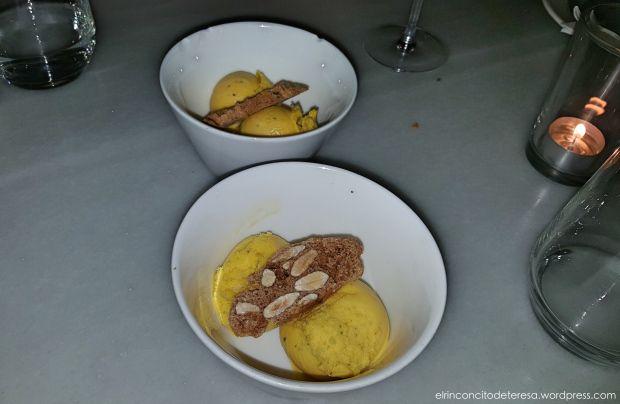 Sorbete de mandarina con carquinyoli en El Ninot Cuina en Barcelona. Refrescante e ideal para terminar una cena romántica.