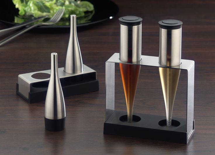 Elegancki i praktyczny zestaw do soli i pieprzu marki Auerhahn wykonany jest z najwyższej jakości stali chromowo niklowej 18/10 oraz tworzywa sztucznego. Solniczka i pieprzniczka posiada efektowną podstawkę. Pięknie komponuje się razem z innymi akcesoriami Auerhahn.
