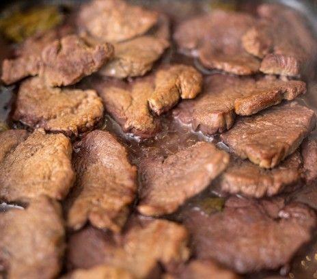 """Sztuka mięsa w sosie cebulowym - Przepisy.W dawnej kuchni staropolskiej największym uznaniem wśród mięs cieszyła się wołowina. To z niej najczęściej przygotowywano danie zwane """"sztuką mięsa"""". Duszoną lub pieczoną polędwicę podawano między zup Sztuka mięsa w sosie cebulowym to przepis, którego autorem jest: Magda Gessler"""
