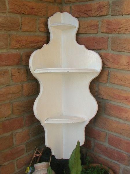Vintage Regale - wunderschönes altes weißes Eckregal - ein Designerstück von Manus-kleine-Vintage-Schatzkiste bei DaWanda