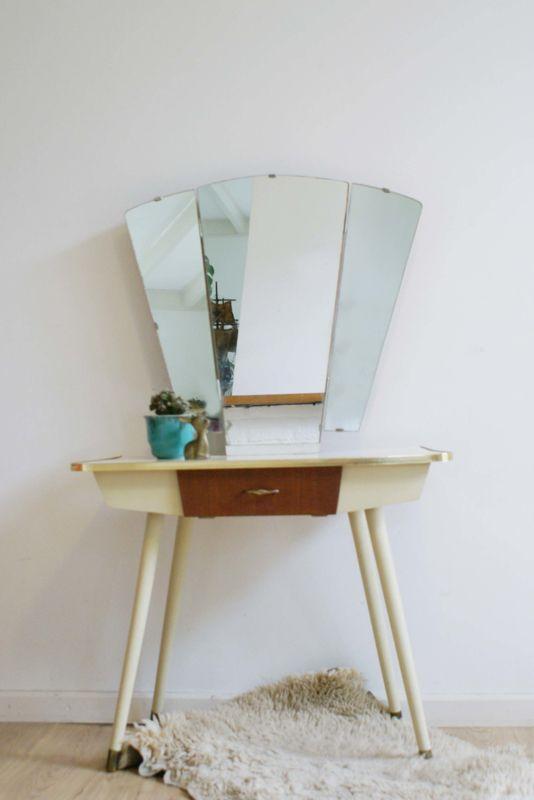 Vintage kaptafel met spiegel.  Klein retro dressoir met lade.
