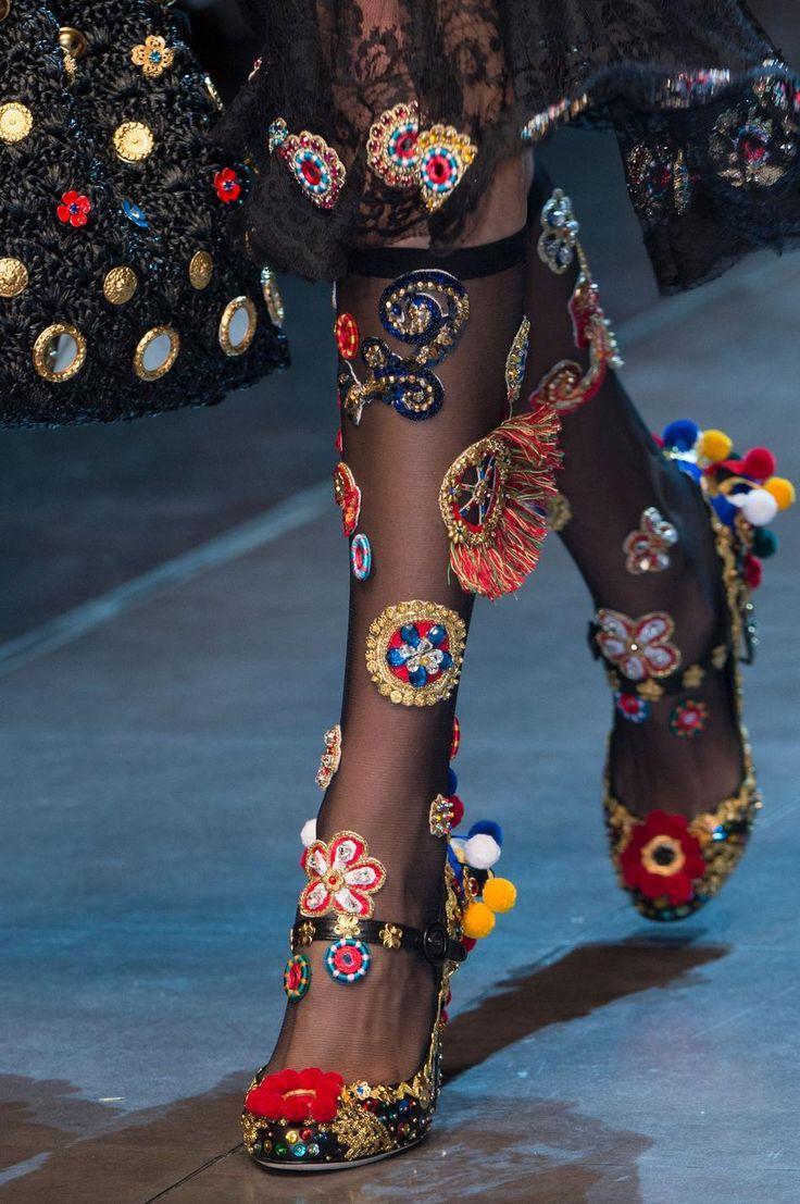 Retrouvez les photos du défilé Dolce & Gabbana Prêt-à-porter Printemps-été 2016, les meilleurs moments en vidéo, ainsi que les coulisses et les détails du show