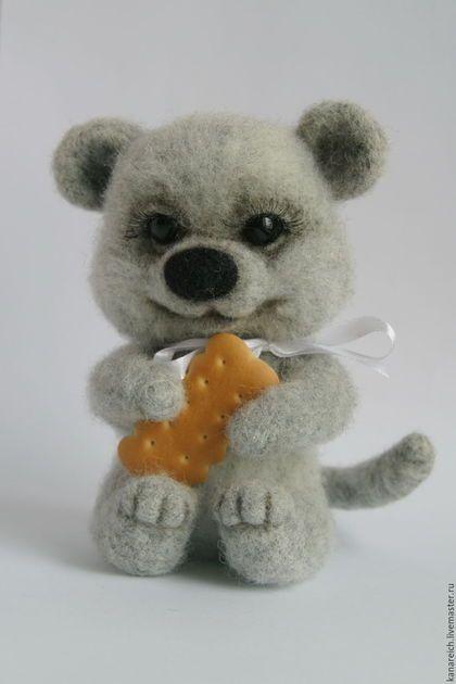 Купить или заказать Мышонок Фимка в интернет-магазине на Ярмарке Мастеров. Мышонок Фимка - добрый ласковый малыш, очень любит печеньки. Выполнен в технике сухого валяния из 100% новозеландского кардочеса. В хвостике проволочный каркас- может менять положение. Глазки стекляные.