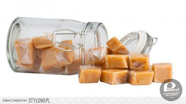Krówki domowej roboty - przepis – Przepis na tradycyjne krówki  Składniki:  200ml (niepełna szklanka) śmietany kremówki; szklanka cukru (jeśli wolisz kruche i mniej ciągnące się krówki – dodaj więcej cukru); ¾ kostki masła; opakowanie cukru waniliowego (opcjonalnie).  Jak zrobić krówki w domu? Zobacz przepis na krówki, mordoklejki, ciągutki.  Przygotowanie: Wszystkie składniki rozpuść w garnku (zacznij od masła, dodaj cukier i na koniec śmietanę) i gotuj na małym ogniu, cały czas mieszając…