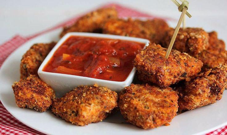 ТОП-3 простых рецептов из курицы  1. Куриные байтсы   Ингредиенты:   Филе куриной грудки — 500 г Яйцо — 1 шт. Мука — ½ чашки Прованские травы — 1 ч. л. Кайенский перец — ¼ ч. л. Паприка — ¼ ч. л. Чесночный порошок — ½ ч. л. Красный перец — ¼ ч. л. Соль — ¼ ч. л. Перец чили — ¼ ч. л. Тертый твердый сыр — 1 ст. л.  Приготовление:   1. Разогреваем духовку до 200-210 °С.  2. Смешиваем в миске муку и все специи.  3. В другой миске взбиваем яйцо. Можно добавить немного воды (чайную ложку).  4…