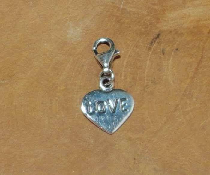 """Fair Trade bedel uit Thailand gemaakt van sterling zilver (925) met een hartje met het woord """"love"""" ingegraveerd."""