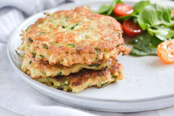 Deze hartige courgette pannenkoekjes zijn erg lekker bij de lunch, of bijvoorbeeld als bijgerecht bij een kom soep, of zelfs voor tijdens de paasbrunch.