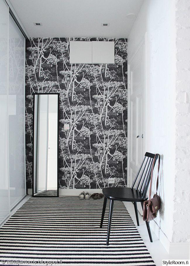 Mustavalkoinen tapetti sopii hyvin tähän eteiseen #styleroom #eteinen #sisustus #design #inspiroivakoti Täällä asuu: minajamorris